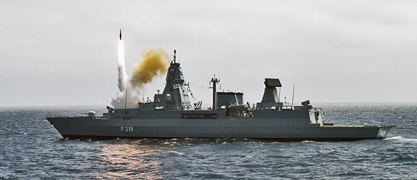 Die Fregatte SACHSEN verschießt einen Flugkörper vom Typ SM 2.