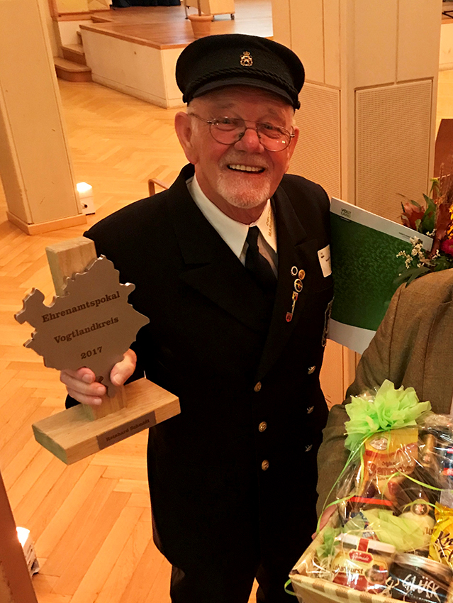 hohe ehrung f r altvorsitzenden der marinekameradschaft plauen deutscher marinebund. Black Bedroom Furniture Sets. Home Design Ideas